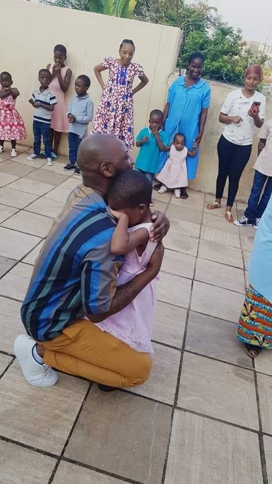 Cette visite à caractère social a permis à la star d'échanger avec ces orphelins dans une ambiance bon enfant.