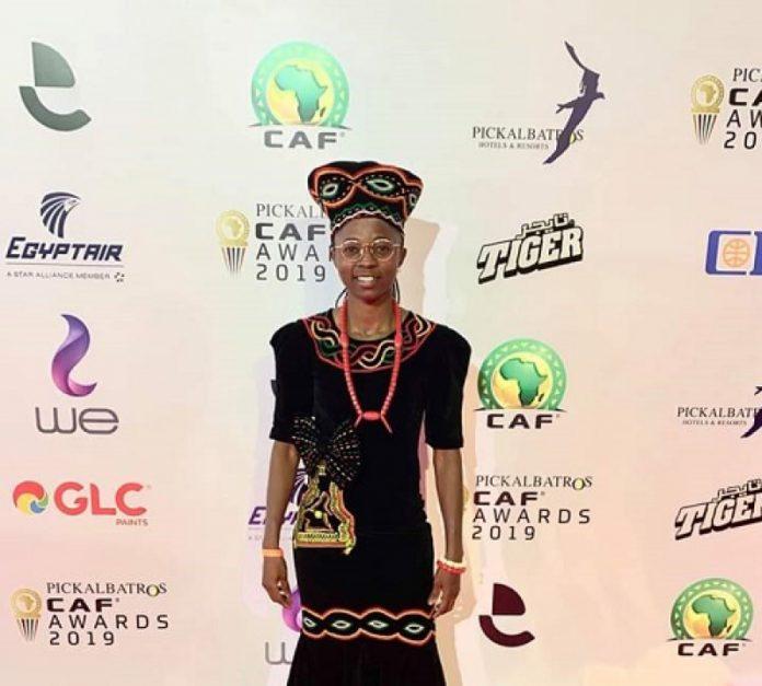 Élue deuxième meilleure joueuse africaine de l'année 2019, notre pépite nationale a su mettre la culture camerounaise en vitrine. C'était au cours de la cérémonie de récompenses des meilleurs acteurs du football africain le 7 janvier 2020 en Égypte.