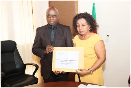 Etienne Njomi a remis la lettre destinée au chef de l'Etat au ministre des Enseignements secondaires, Nalova Lyonga.