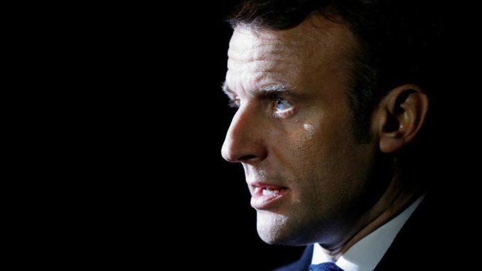 Le président français n'a pas tenu sa langue pendant sa longue conversation avec l'activiste camerounais, Calibri Calibro. C'était au salon de l'Agriculture à Paris.