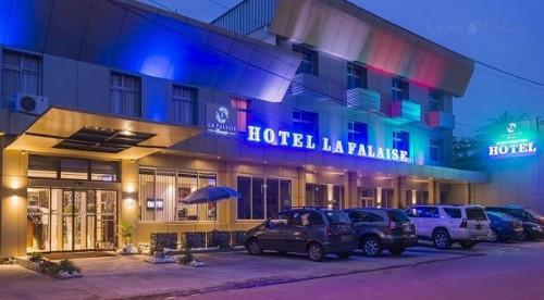 Après avoir envoyé une bonne partie de son personnel «en congés techniques», la direction générale des établissements hôteliers du milliardaire camerounais Jean Pascal Monkam