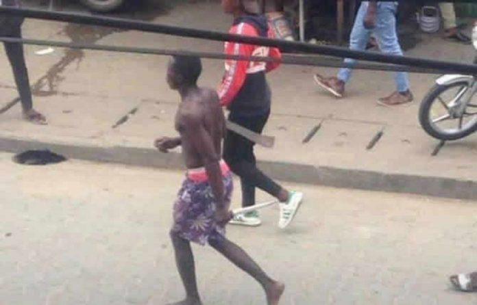 Depuis plusieurs mois, des bandes armées dictent leur loi aux commerçants de cet espace marchand de la capitale économique camerounaise.