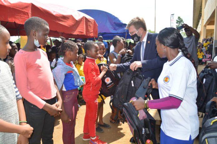 200 kits scolaires ont été remis aux meilleurs élèves de cette ville située dans la région du Sud-ouest du Cameroun.